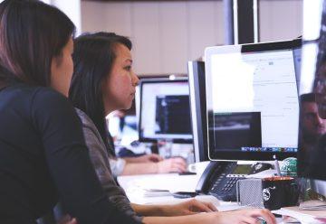 Deux femme qui travaillent devant un ordinateur