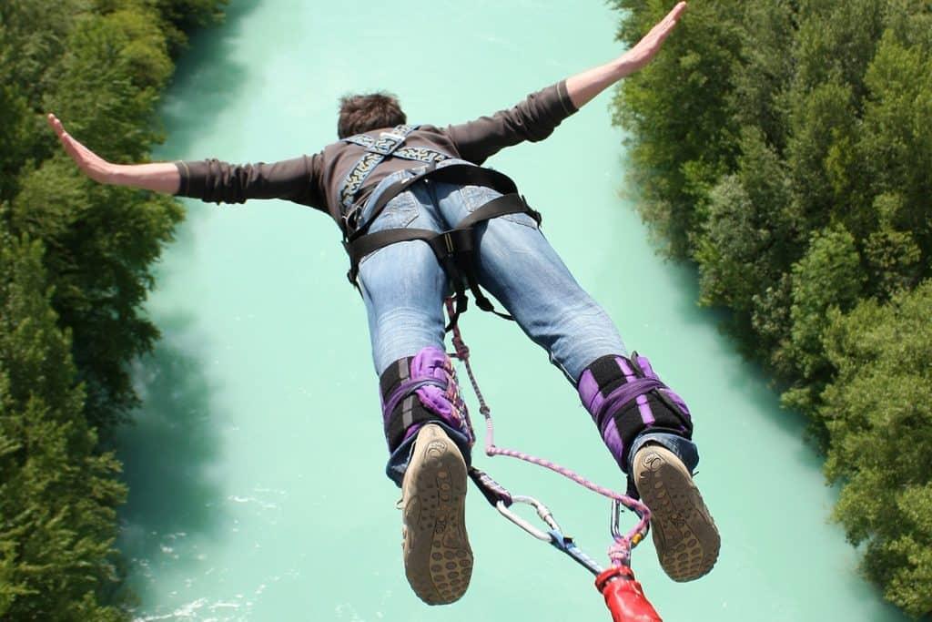 Le saut à l'élastique sur une étendue d'eau