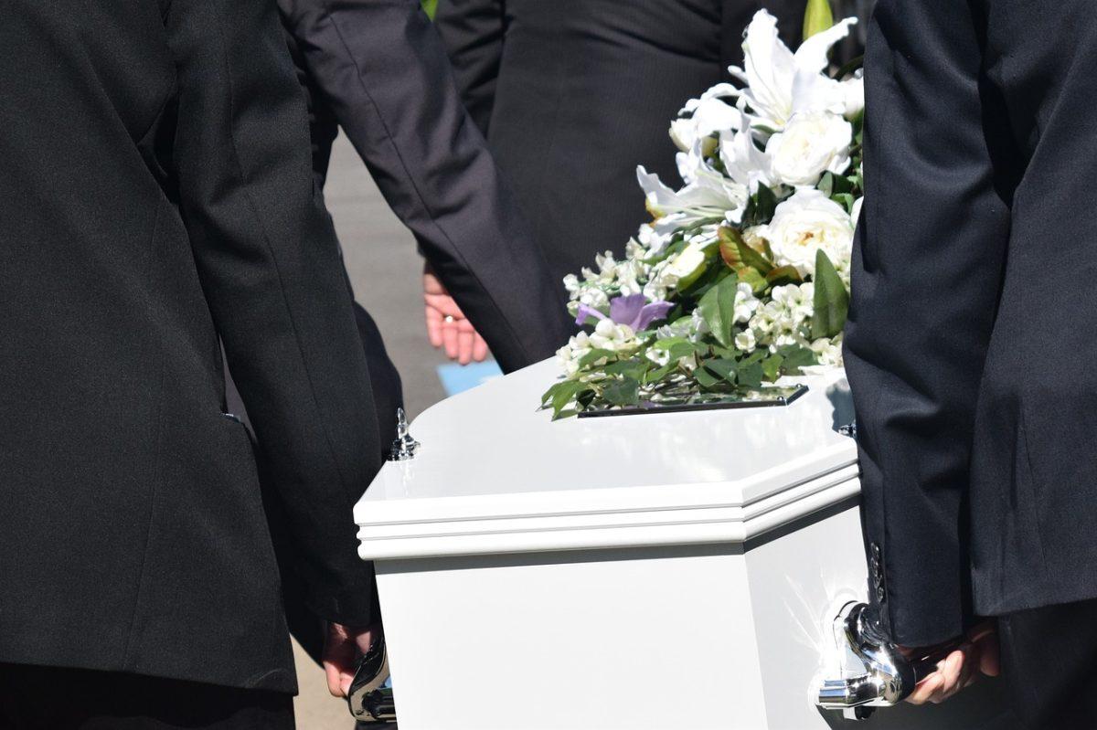 Des hommes qui portent un cercueil