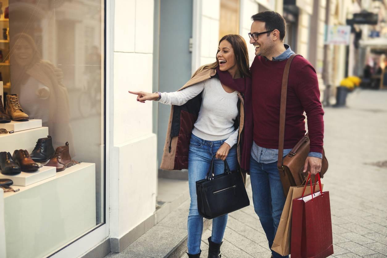 Couple en mode shopping