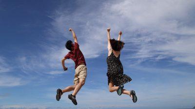 deux personnes qui sautent en l'air