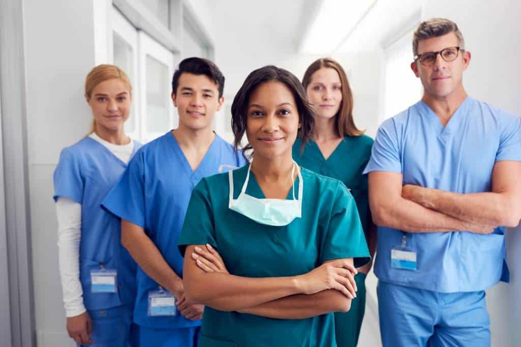 Des médecins en blouse de travail